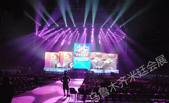活动舞台灯光效果是演出重要组成部分,是根据活动性质和流程安排,人为制造的光源,从而让观众达到视觉上最大化的满足。乌鲁木齐活动中舞台灯光效果部分一般由设计师设计、由工人安装调试灯光设备,达到表演演出所想要表达的,增进视觉体验。  乌鲁木齐米廷会展舞台灯光效果安装实物图   乌鲁木齐活动一般分为室内活动和室外活动。活动中的表演想达到最震撼的效果是离不开舞台灯光的支撑的,舞台灯光的设计效果决定观众的视觉效果。活动中舞台灯光设计要全面、系统的依照活动性质,遵循表演和造型规律来设计相应效果。  乌鲁木齐米廷会展